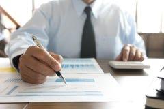 Работа бизнесмена с компьютером на таблице в конторской работе с pape Стоковая Фотография