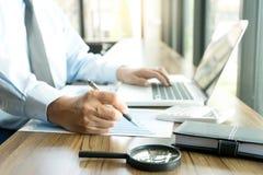 Работа бизнесмена с компьютером на таблице в конторской работе с pape Стоковая Фотография RF