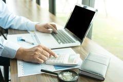 Работа бизнесмена с компьютером на таблице в конторской работе с pape Стоковые Изображения RF