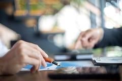 Работа бизнесмена с компьютером на таблице в офисе Стоковые Изображения RF