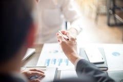 Работа бизнесмена с компьютером на таблице в офисе Стоковая Фотография RF