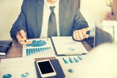 Работа бизнесмена с компьютером на таблице в офисе Стоковые Фотографии RF