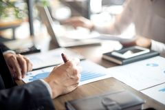 Работа бизнесмена с компьютером на таблице в офисе Стоковое фото RF