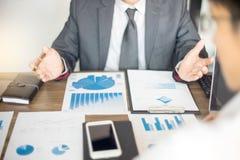 Работа бизнесмена с компьютером на таблице в офисе Стоковое Фото