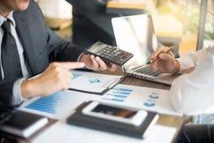 Работа бизнесмена с компьютером на таблице в офисе Стоковые Фото