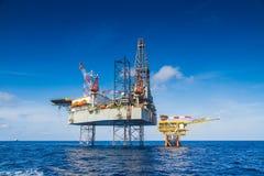 Работа буровой установки нефти и газ над удаленной нефтью и газ платформы wellhead до полного окончания производит хорошо Стоковая Фотография RF