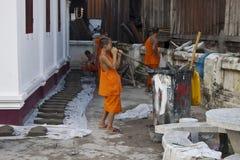 Работа буддийских монахов с бетоном Стоковая Фотография