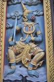 Работа двери деревянная в wat samien inbangkok Таиланд виска nari Стоковая Фотография