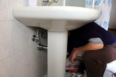 работа водопроводчика боилера обслуживая Стоковые Фото