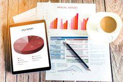 Работа в офисе с показывать диаграммы обзора состояния рынка руки Отдел рекламы и стимулирования сбыта планируя новую стратегию И стоковая фотография