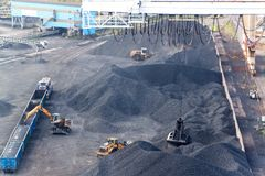 Работа в стержне перегрузки угля порта Разгржать угля фур с специальными кранами Работа в порте около Балтийского моря Стоковое Фото