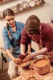 Работа глины творческая в студии стоковая фотография rf