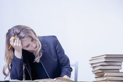 Работа дерьма Дополнительное время несчастной и расстроенной бизнес-леди работая с Стоковое Изображение RF