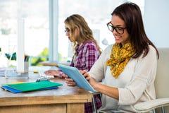 Работа 2 девушек на офисе Стоковая Фотография RF