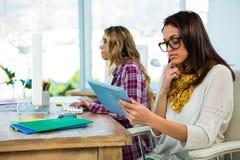 Работа 2 девушек на офисе Стоковые Изображения RF