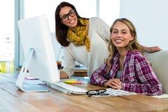 Работа 2 девушек на офисе Стоковая Фотография