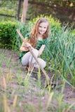 работа девушки в саде Стоковые Фото