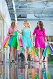 работа девушок предпосылки ходя по магазинам урбанская Стоковая Фотография