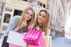 работа девушок предпосылки ходя по магазинам урбанская Стоковые Фото