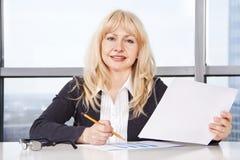 работа женщины документов взрослого средняя Стоковые Изображения RF