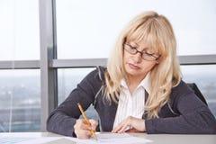 работа женщины документов взрослого средняя Стоковые Фотографии RF