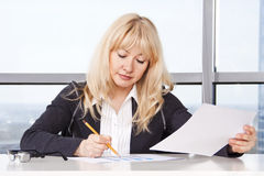 работа женщины документов взрослого средняя Стоковое Изображение RF