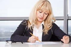 работа женщины документов взрослого средняя Стоковое Фото