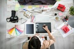 Работа женщины дизайнерская на таблице ручки стоковые фотографии rf