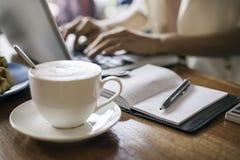 Работа женщины печатая в кофейне Стоковые Фотографии RF