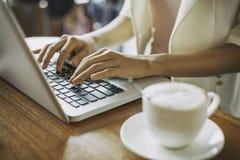 Работа женщины печатая в кофейне Стоковое фото RF