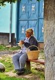 Работа женщины с вязанием крючком Стоковое Изображение