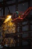 Работа заварки металла на строительной площадке стоковое фото