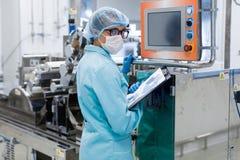 Работа заводской рабочий с пультом управления Стоковые Изображения