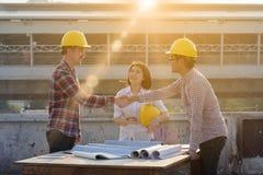 3 работа законченная инженерами по строительству и монтажу трясущ outd рук Стоковые Фотографии RF