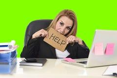 Работа знака помощи удерживания коммерсантки отчаянная в стрессе изолировала зеленый ключ chroma Стоковая Фотография