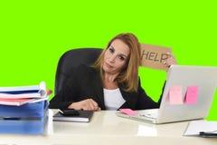 Работа знака помощи удерживания коммерсантки отчаянная в стрессе изолировала зеленый ключ chroma Стоковое Изображение