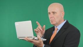 Работа изображения бизнесмена использует ноутбук и жестикулирует указывающ с пальцем стоковые фото