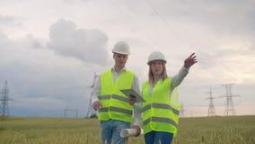 Работа 2 инженер-электриков Говоря и работая деятельность на ноутбуке Проверка энергосистем сток-видео