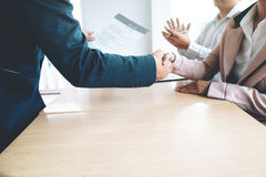 работа интервью успешная Босс и новый handshaking работника Стоковая Фотография