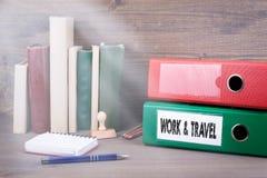 Работа и перемещение Связыватель на столе в офисе Backgroundr дела Стоковые Фотографии RF