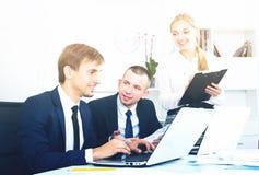 Работа и примечания сотрудников к картону стоковые фотографии rf