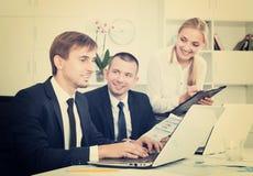 Работа и примечания сотрудников к картону стоковая фотография rf