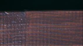 Работа картины, крася деревянная планка с кистью видеоматериал