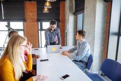 Работа команды на офисе корпорации interantional современном Стоковая Фотография RF