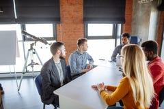 Работа команды на офисе корпорации interantional современном Стоковое Изображение RF