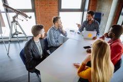 Работа команды на офисе корпорации interantional современном Стоковое фото RF
