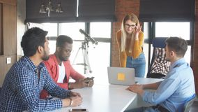 Работа команды на офисе корпорации interantional современном акции видеоматериалы