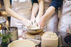 работа команды Бить тесто хлеба Стоковое Изображение