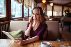 Работа коммерсантки в кафе Стоковое фото RF
