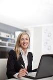 Работа коммерсантки сидя на ее компьтер-книжке Стоковая Фотография RF